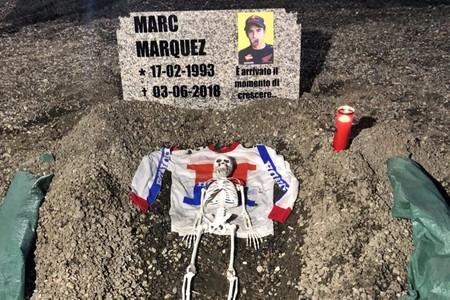 ¡Lamentable! Los tifossi italianos simulan la tumba de Marc Márquez en Mugello