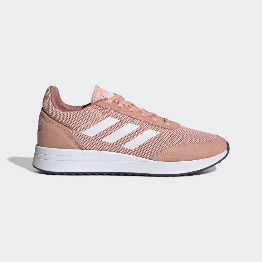 Zapatillas icónicas de la marca en rosa