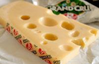 ¿Sabes por qué el queso emmental tiene agujeros?