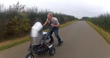Inventos inútiles: un carrito motorizado para bebé