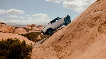 El descomunal Hummer eléctrico de 1.000 CV nos deleita escalando rocas y pendientes en este nuevo vídeo