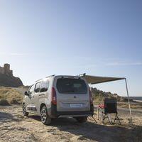 La Citroën Berlingo by Tinkervan ahora es una furgoneta camper con cama, nevera y toldo perfecta para escapadas