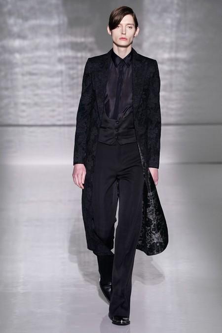 La Alta Costura De Givenchy Se Pinta De Blanco Y Negro En Sofisticados Looks Masculinos 5