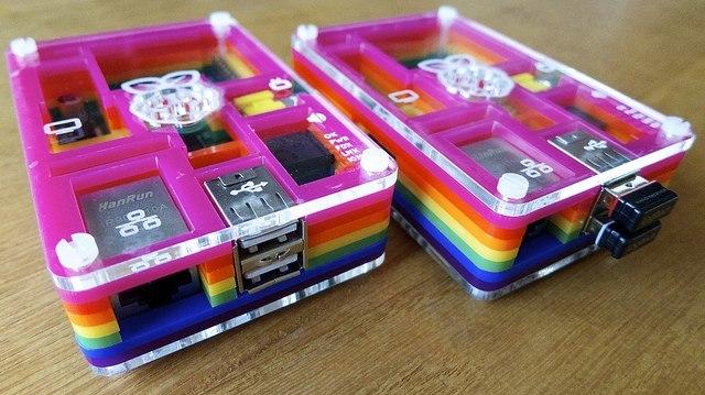 Raspberry Pi en la caja Pibow, una original caja multicolor