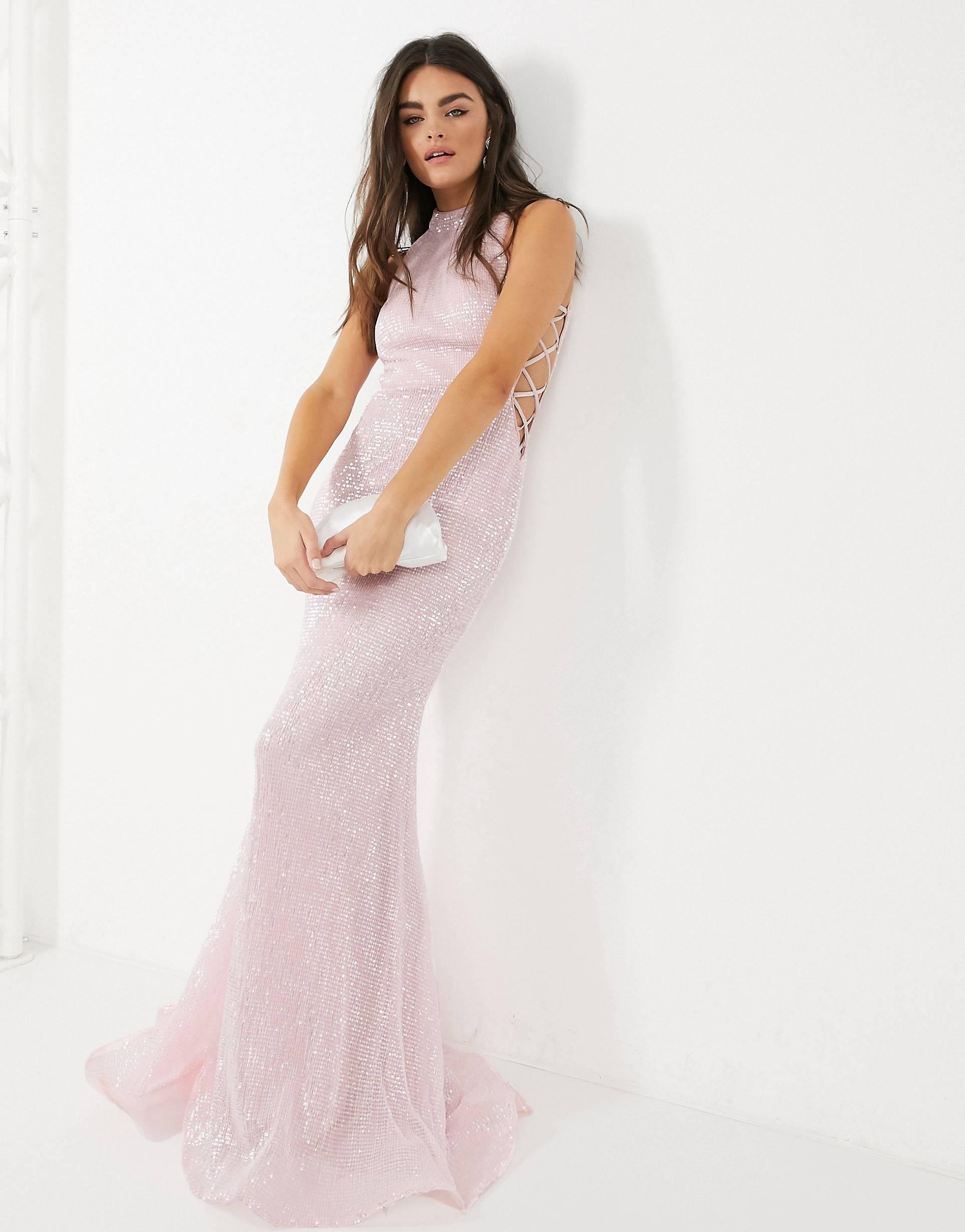 Vestido largo de lentejuelas en rosa con cuello subido.