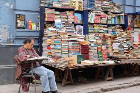 La subida del salario mínimo cierra una librería, ¿de verdad?