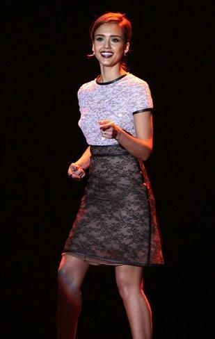Jessica Alba apuesta por el encaje. Una idea genial para esta Navidad