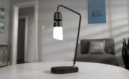 """La bombilla de esta lámpara """"inteligente"""" utiliza la levitación magnética para flotar en el aire como por arte de magia"""