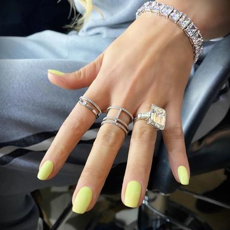 Copiamos la manicura más primaveral e ideal en amarillo de Jennifer Lopez con estos cinco esmaltes de uñas