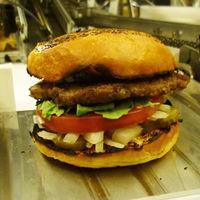 Este robot que hace 400 hamburguesas a la hora podría quitarle el empleo a muchos jóvenes