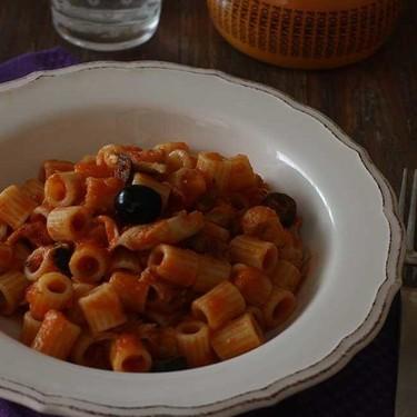 Tubetti con salsa cazadora, receta de pasta tradicional y sabrosa
