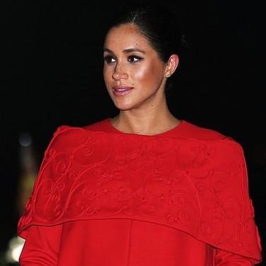 Meghan Markle deslumbra con su elegancia con un look rojo a su llegada a Marruecos