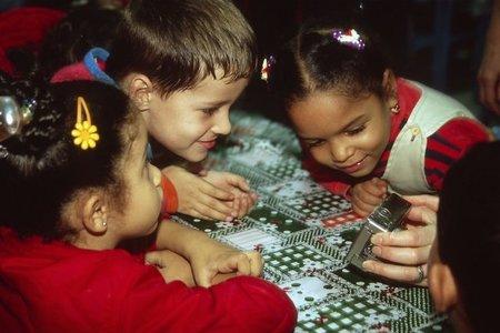 Niños mirando una cámara