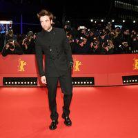 De Dior Homme, Robert Pattinson pisa la alfombra roja del Berlinale para la presentación de la cinta 'Dumsel'