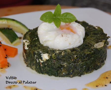 Nidos de espinacas con feta y huevo poché
