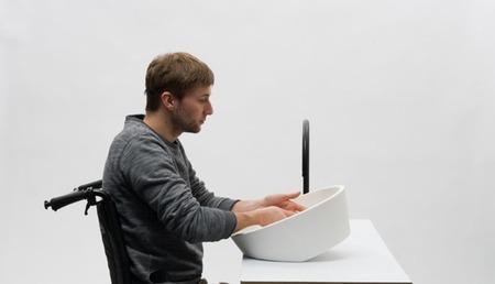 Un lavabo que se inclina para adaptarse a la altura del usuario