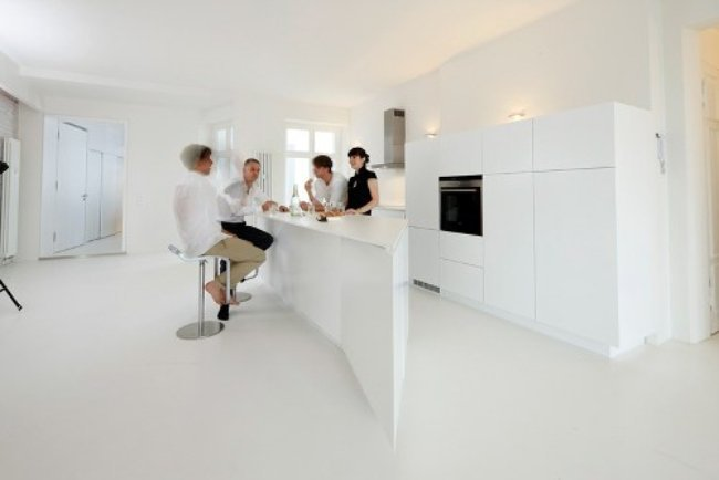 Una cocina blanca y minimalista
