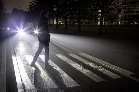 Digital Light, o cuando los faros del Mercedes-Benz Clase S aprenden a proyectar señales