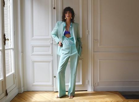 Los looks monocolor (y las prendas básicas noventeras) se imponen en la nueva colección de Zara, y así nos lo muestran sus modelos