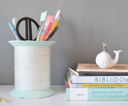 Hazlo tú mismo: un carrete de hilo gigante para organizar tu mesa de manualidades