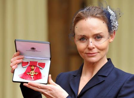 Stella McCartney recibe la Orden del Imperio Británico, la moda es excelentísima