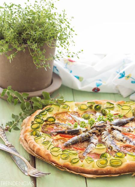 Pizza con sardinas, calabacín y tomate. Receta para una noche de verano