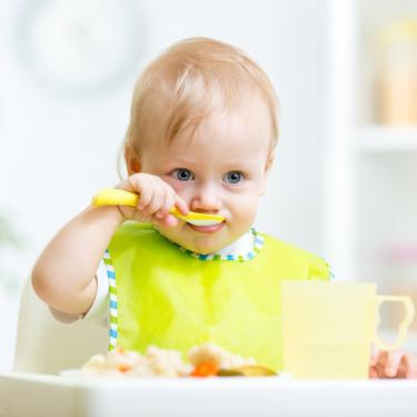 Cómo enseñarle al bebé a usar los cubiertos: no forzar y la paciencia son la clave