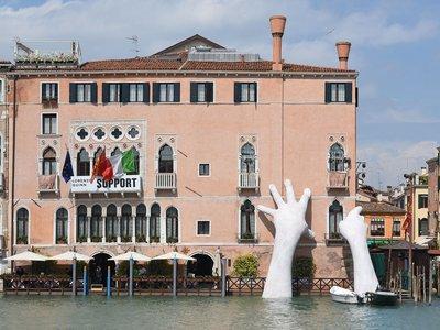 La bella e impactante escultura de la Biennale de Venecia para concienciar sobre el cambio climático