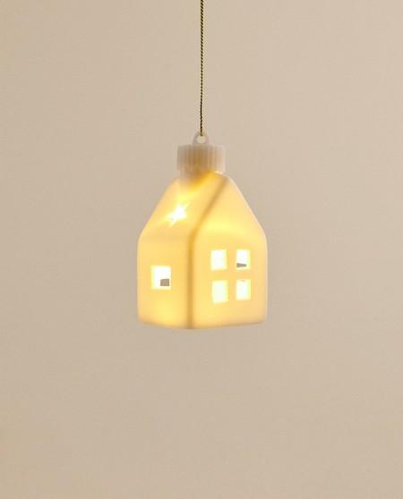 casa de madera con luz