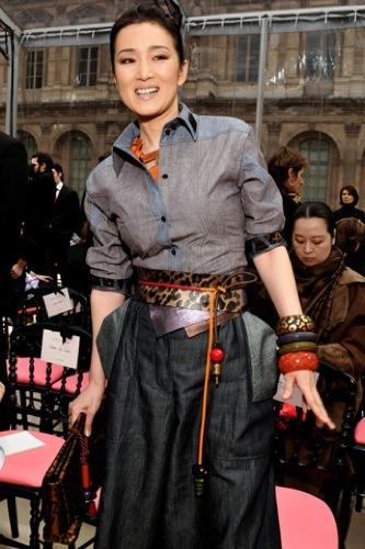 Gong Li en el front row de Louis Vuitton en la Semana de la Moda de París