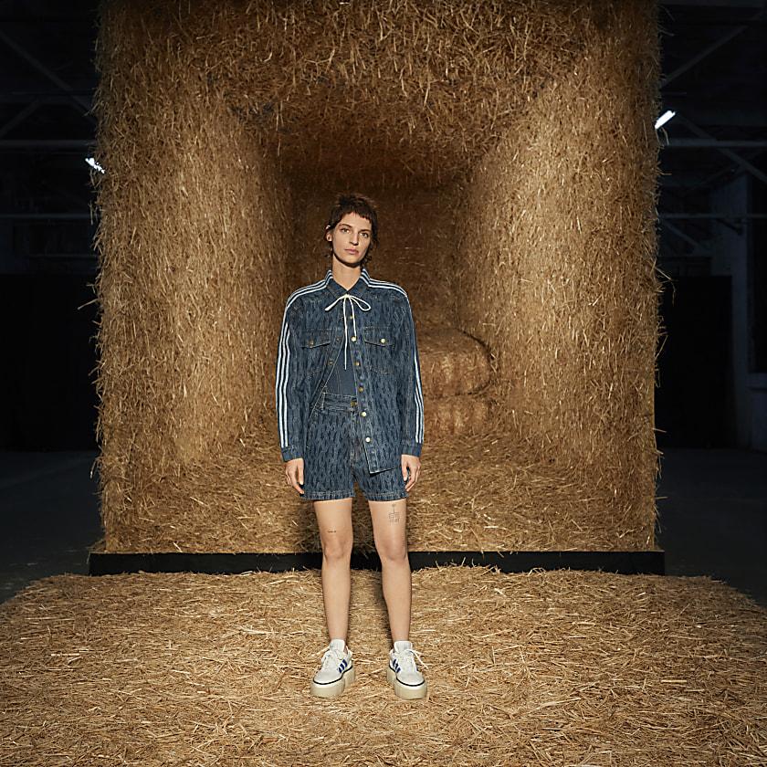Este pantalón corto adidas x IVY PARK luce un diseño vaquero inspirado en la estética atemporal del lejano Oeste. Las trabillas para el cinturón completan el look.