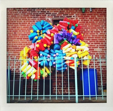 Una escultura hecha con botes de detergente