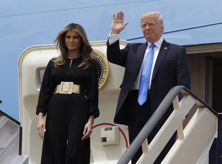 Así es el mono negro con el que Melania Trump ha aterrizado en Arabia en su primer viaje internacional