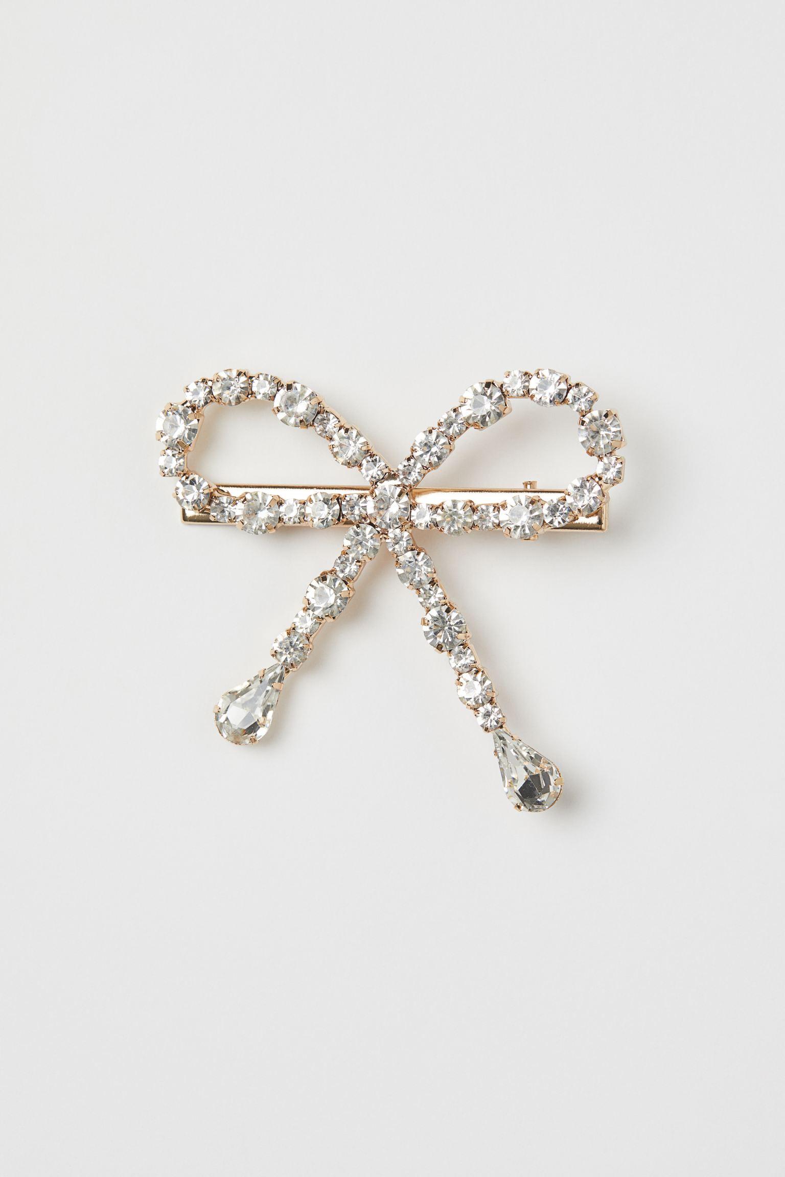 Pinza de metal con lazo decorado con strass.