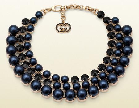 Cristales en talla diamante de colores azul y ámbar, y perlas cobrizas
