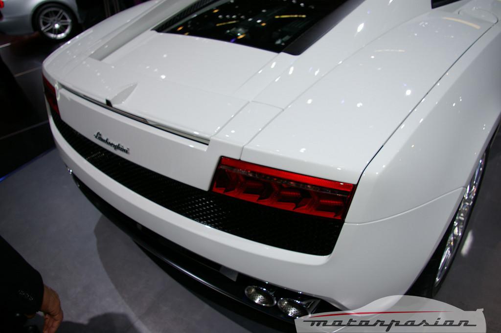 Foto de Lamborghini Gallardo LP560-4 en el salón de Ginebra, y muy bien acompañado (20/26)