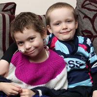 Un niño de seis años se rapa la cabeza para ayudar a recaudar dinero para curar a su amiga con cáncer