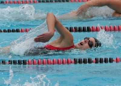Vitónica responde: ¿Como debemos combinar la natación con los ejercicios con pesas?