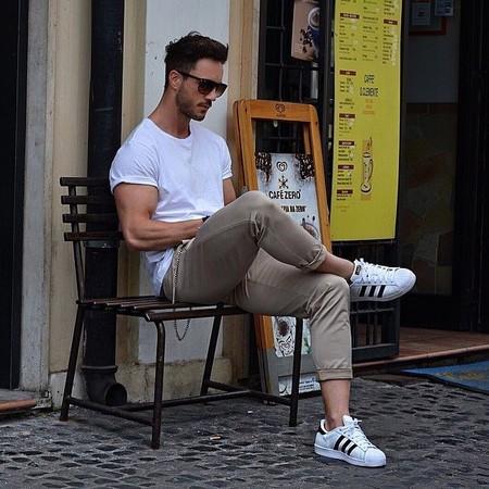 El Mejor Street Style De La Semana La Camiseta Blanca Se Impone Al Look Mas Formal Para El Verano 06