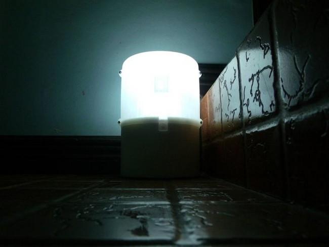 Esta lámpara funciona solo con agua y sal
