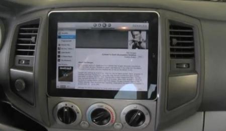 iPad integrado en el salpicadero de un automóvil