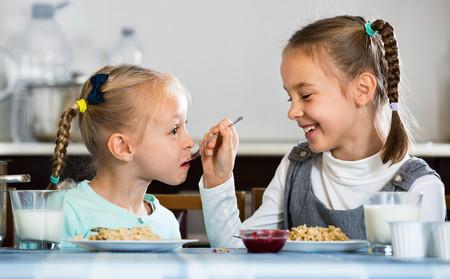 niñas-hermanas-comer