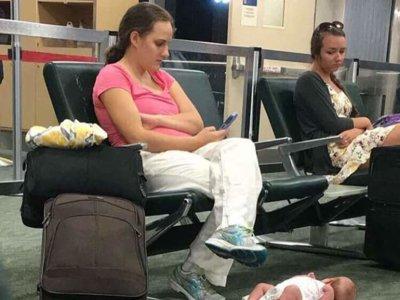 La polémica del momento: ¿De verdad dejó al bebé en el suelo para usar el móvil?