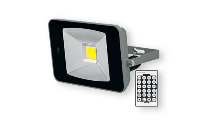 Foco LED con sensor de movimiento de sensibilidad regulable y alcance ajustable (aprox. 1–8 m). Con ángulo de inclinación regulable