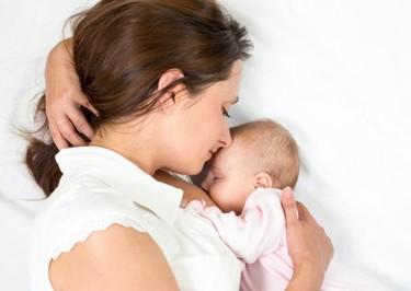 Dormir lejos del bebé disminuye la producción de leche materna