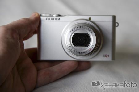 Fujifilm XQ1 en la mano
