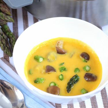 Crema de espárragos y verduras de primavera para entrante o una cena ligera
