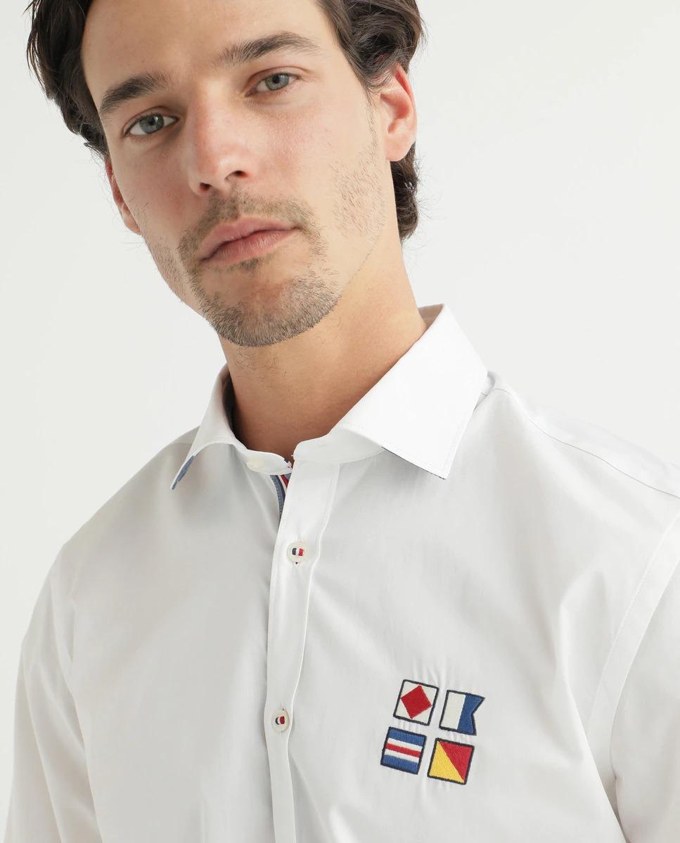 Camisa especial slim, 100% algodón de manga larga con logo de cuatro banderas náuticas bordadas en pecho. Detalles náuticos en interior de cuello, botones, tapeta y puños.