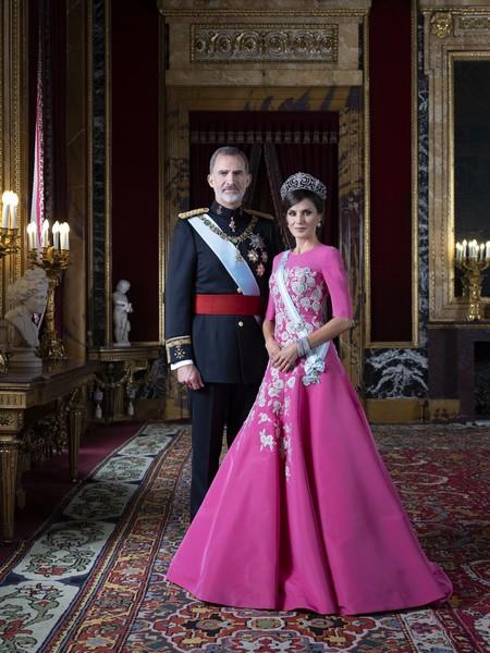 La Casa Real presenta las nuevas fotografías oficiales de la familia y Letizia viste tres diseños firmados por Carolina Herrera