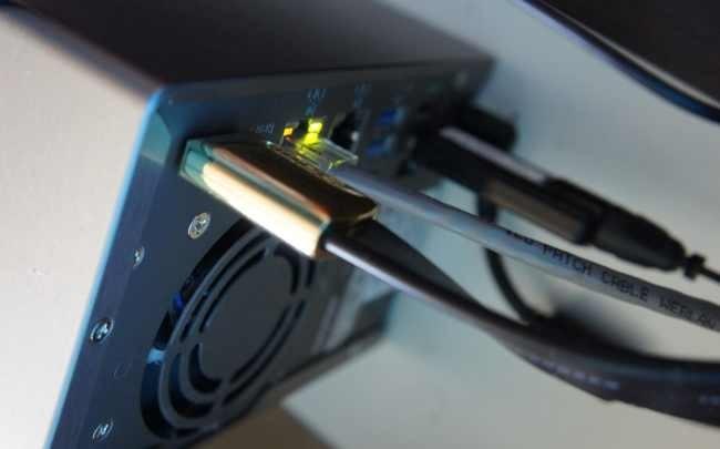 Conector HDMI del NAS y TDT stick en el puerto USB